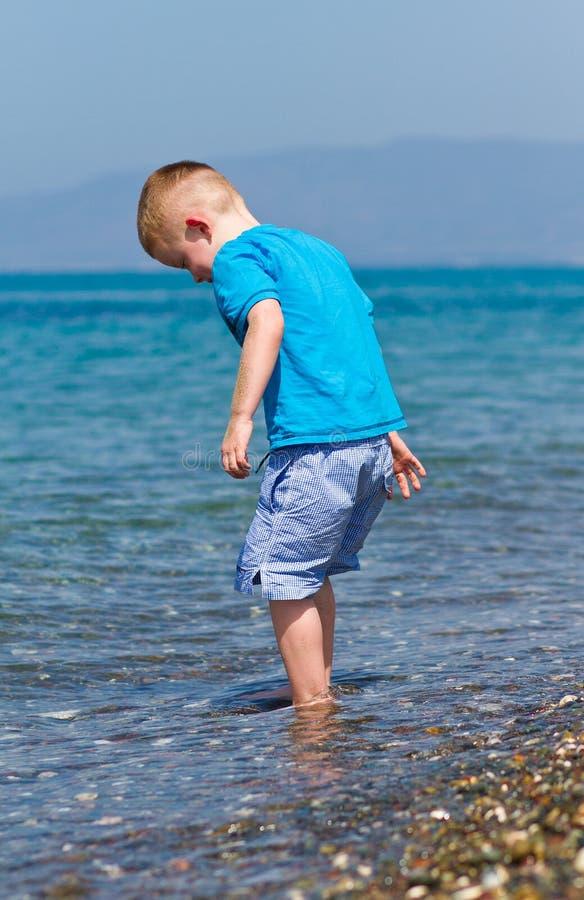 chłopiec target3000_0_ trochę jego wakacje zdjęcia stock