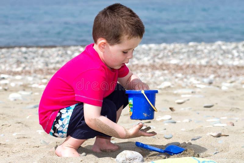 chłopiec target4801_0_ trochę jego wakacje zdjęcia royalty free