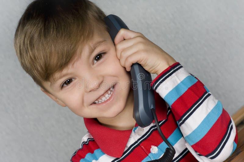 chłopiec telefon zdjęcia royalty free