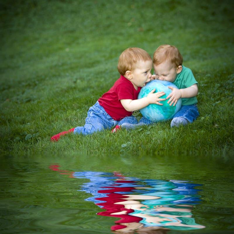 chłopiec trawa obraz stock