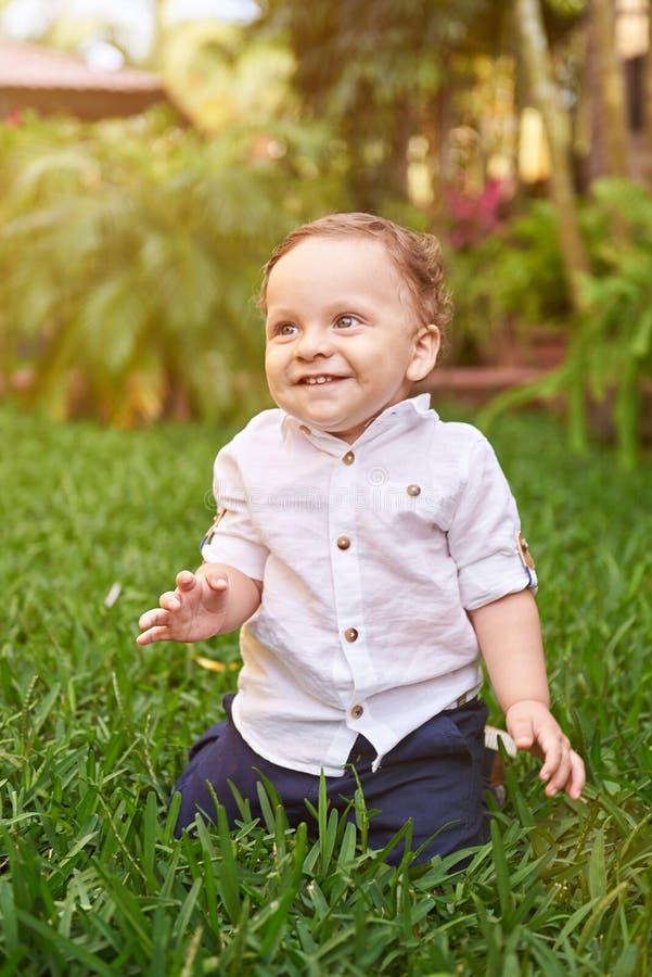 chłopiec trawy mały obsiadanie obraz royalty free