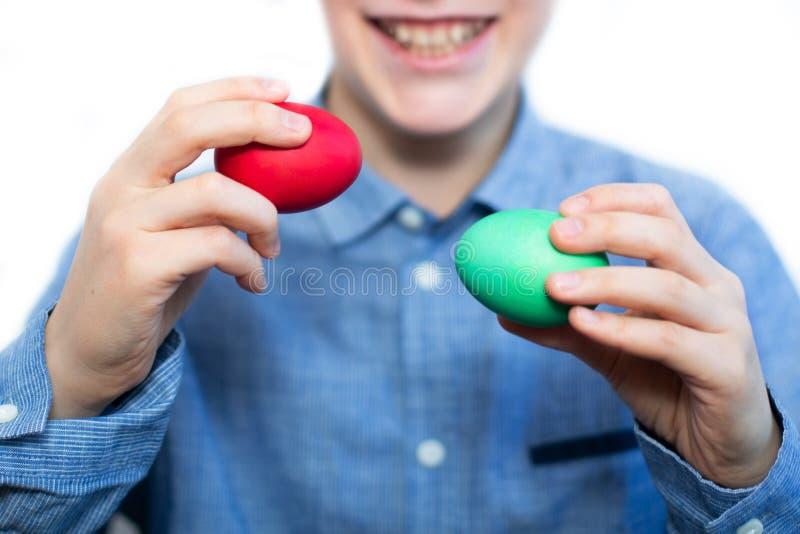 Chłopiec trzyma czerwieni i zieleni jajko Wielkanocni jajka Przygotowanie dla wakacje zbliżenie zdjęcie stock