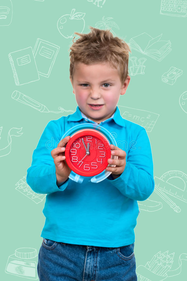 Chłopiec trzyma dużego zegar z animowanym tłem, obrazy stock