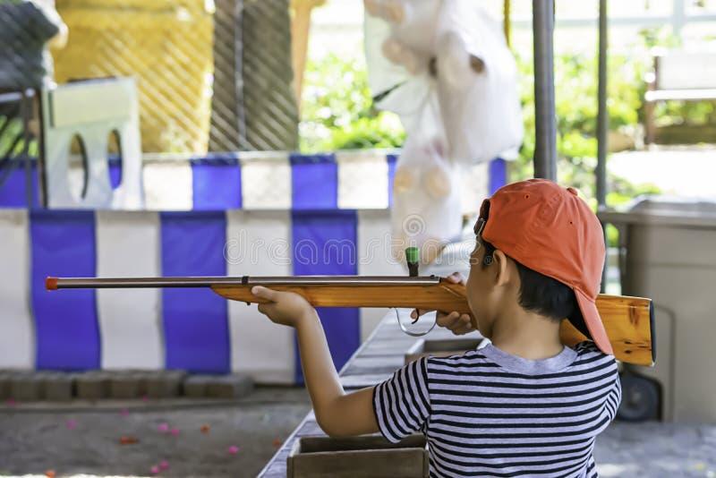 Chłopiec trzyma karabinową zabawkę robić drewno zdjęcia stock