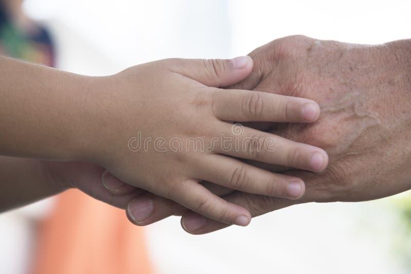 Chłopiec trzyma mand rękę dla ochrony zdjęcie royalty free