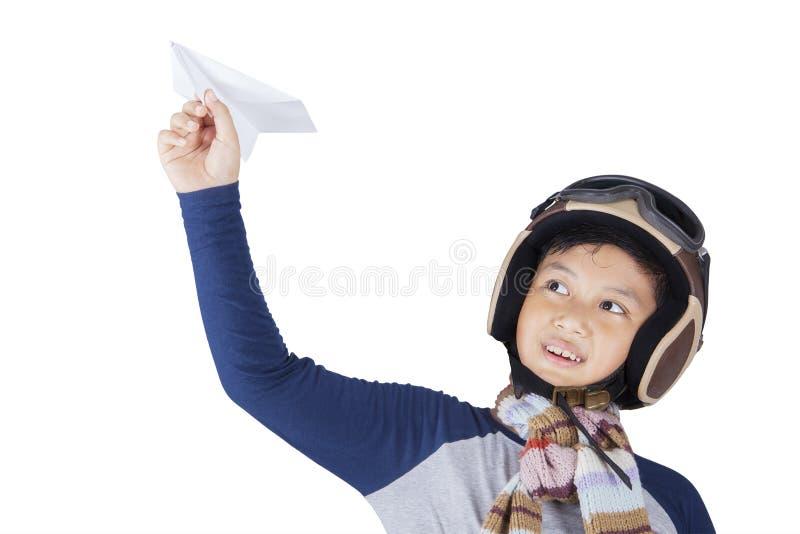 Chłopiec trzyma papierowego samolot fotografia stock