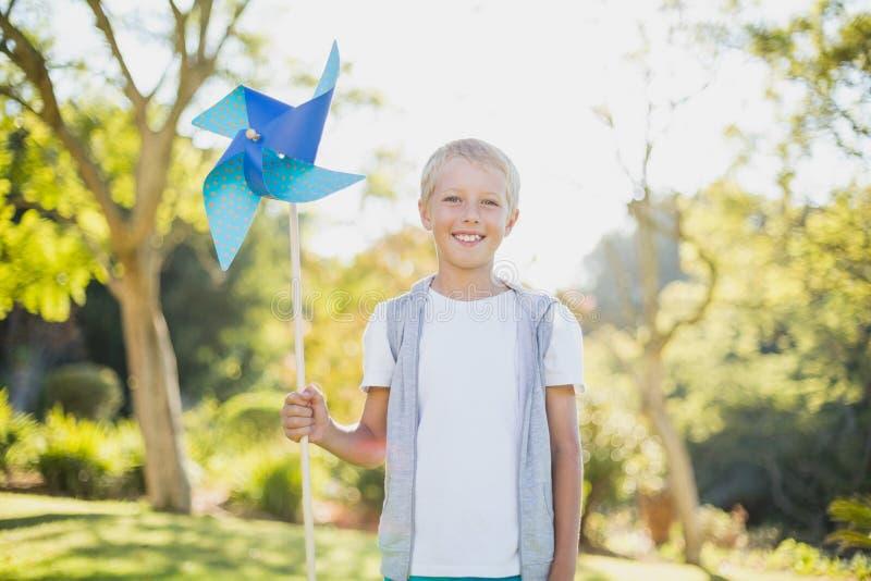 Chłopiec trzyma pinwheel w parku fotografia stock
