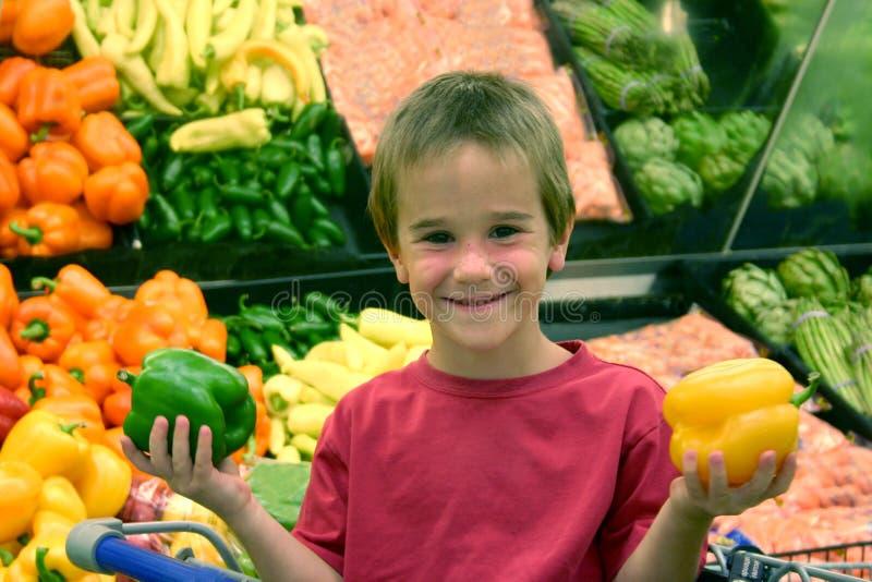 chłopiec trzymający papryki zdjęcia stock