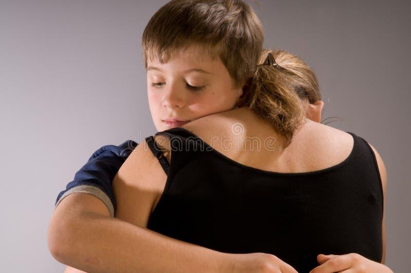 chłopiec uściśnięcie jego mama zdjęcie stock
