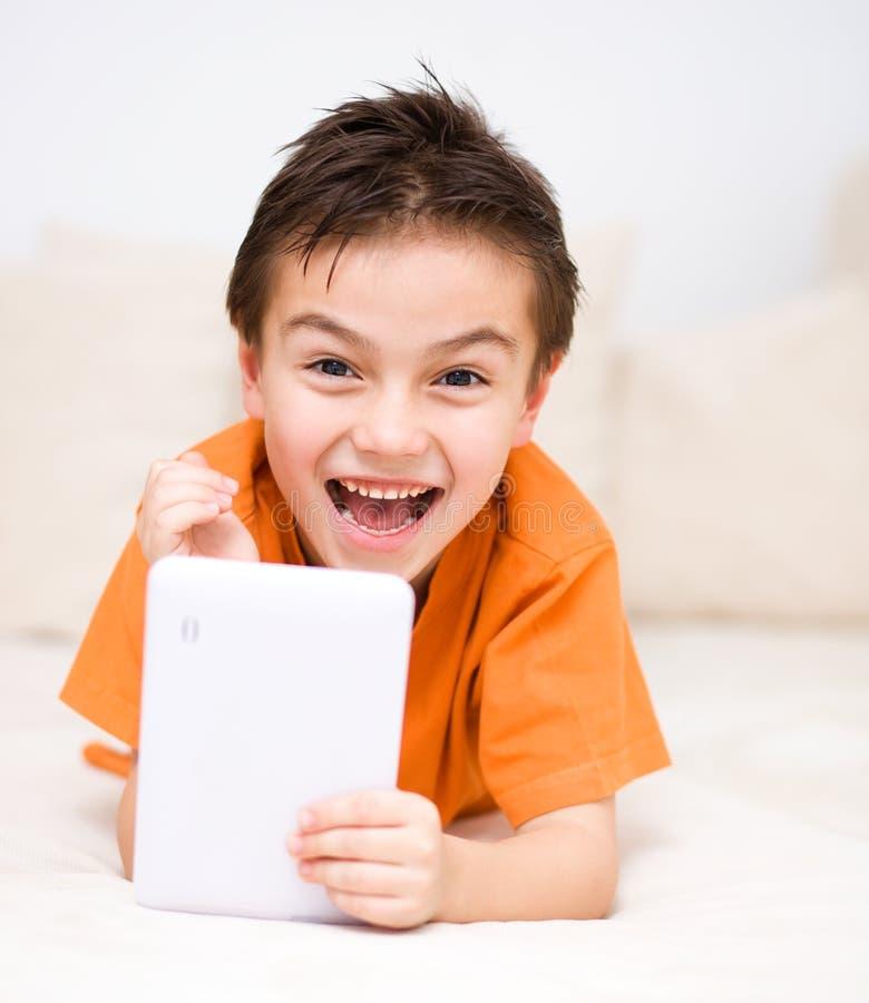 Chłopiec używa pastylkę zdjęcia royalty free