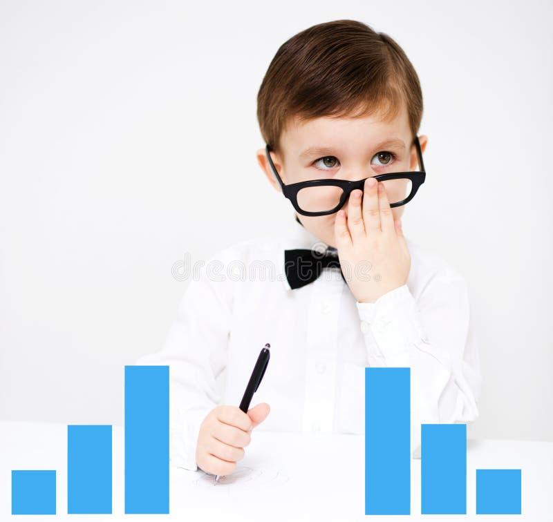 Chłopiec używa pastylkę obrazy stock