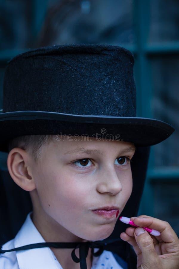 Chłopiec ubiera jako wampir zdjęcie stock
