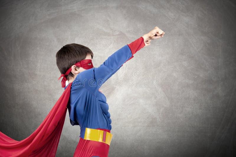 Chłopiec ubierająca w górę bohatera jako zdjęcie royalty free