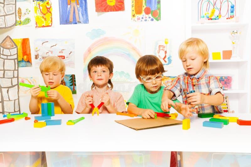 Chłopiec uczą się używać narzędzia jako dorosli zdjęcie royalty free