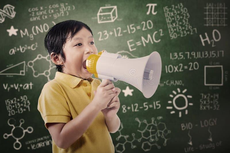 Chłopiec uczeń ogłasza używać mówcy obraz stock