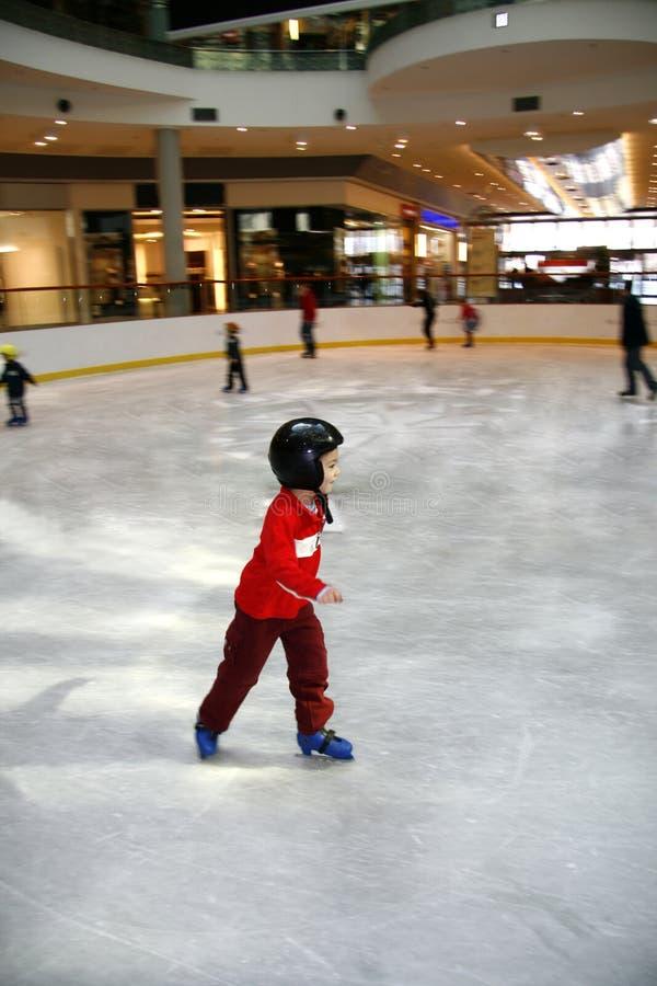 chłopiec uczenie łyżwa potomstwa obraz royalty free