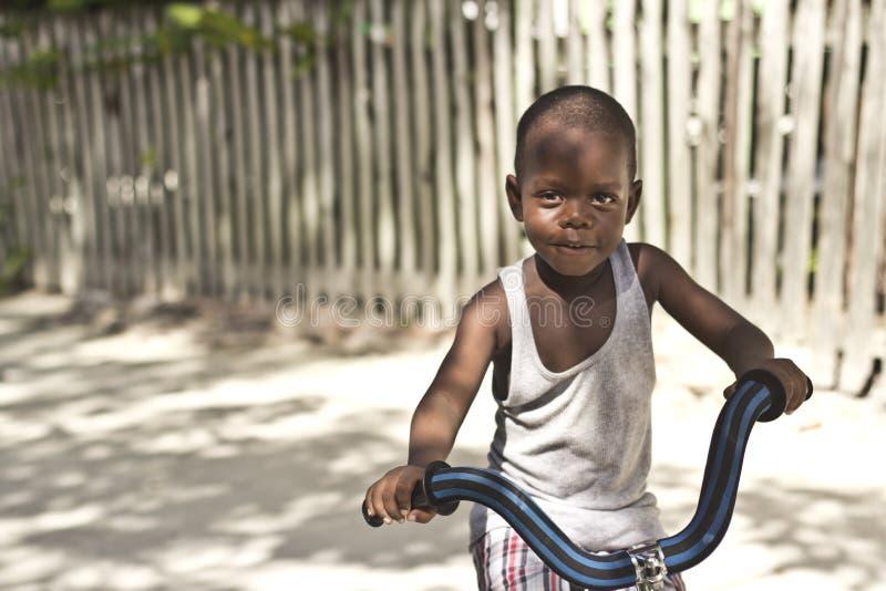 Chłopiec uczenie dlaczego jechać rower obrazy stock