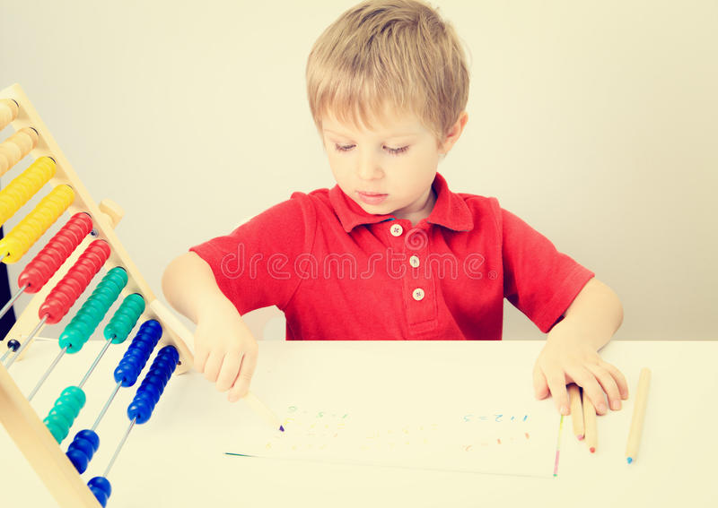Chłopiec uczenie liczy sztukę z abakusem fotografia stock