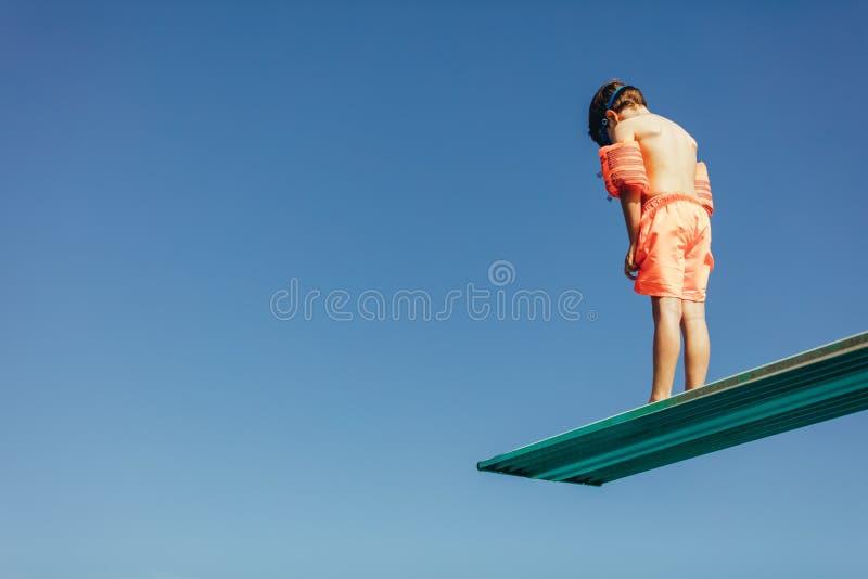 Chłopiec uczenie na nurkowej wiosny desce zdjęcia royalty free