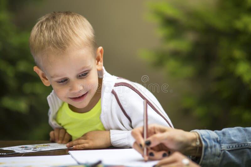 Chłopiec uczenie rysować z ołówkiem fotografia royalty free