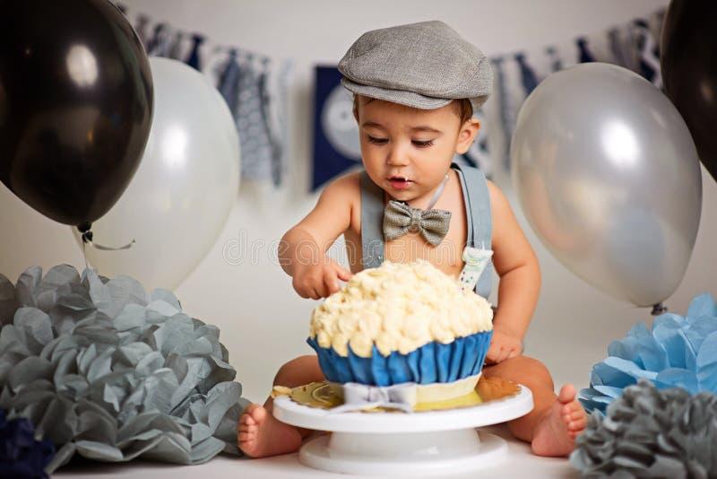 Chłopiec Urodzinowego torta roztrzaskanie obrazy stock