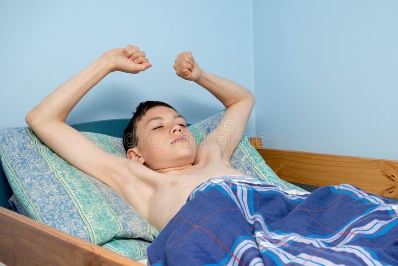 Chłopiec w łóżku obraz stock