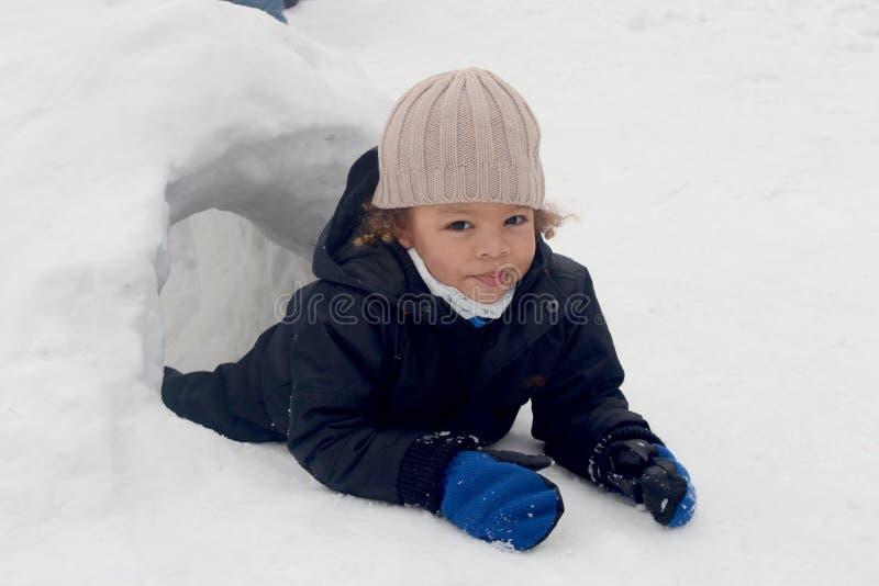 Chłopiec w śnieżnym igloo zdjęcia stock