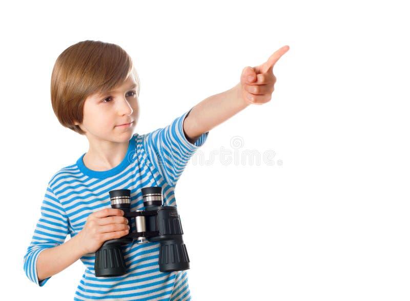 Chłopiec w żeglarz paskującej kamizelce trzyma obuoczny zdjęcia stock