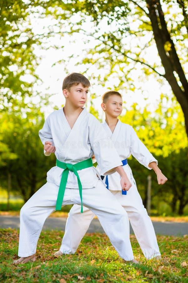 Chłopiec w białym kimonie podczas stażowego karate obrazy royalty free