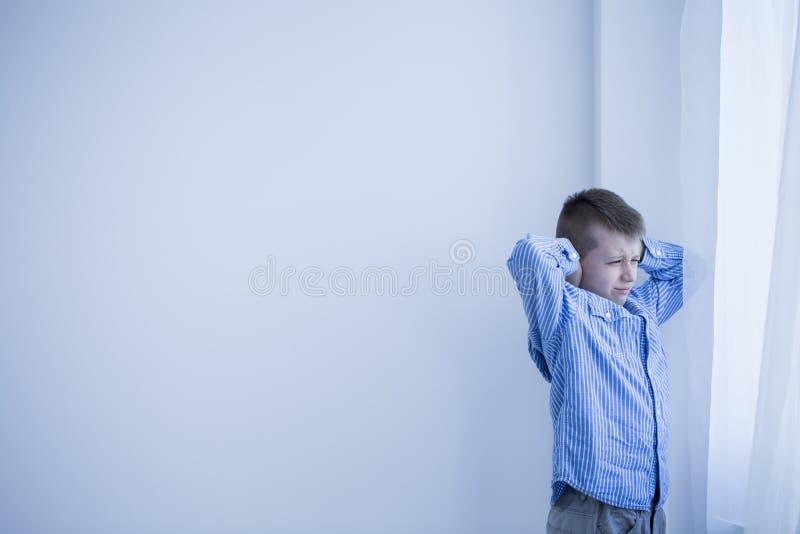 Chłopiec w białym pokoju obrazy stock