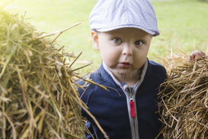 Chłopiec w codziennych ubraniach zdjęcie stock