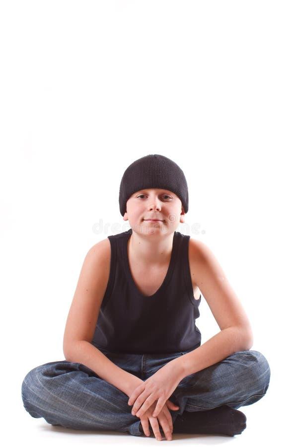 Chłopiec w czarnej koszulce i czarnym kapeluszu obraz royalty free