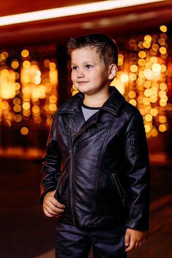 Chłopiec w czarnej skórzanej kurtce zdjęcie stock