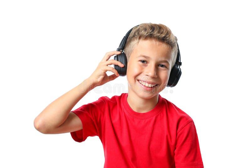 Chłopiec w czerwonej koszulce z hełmofonami odizolowywającymi obrazy stock