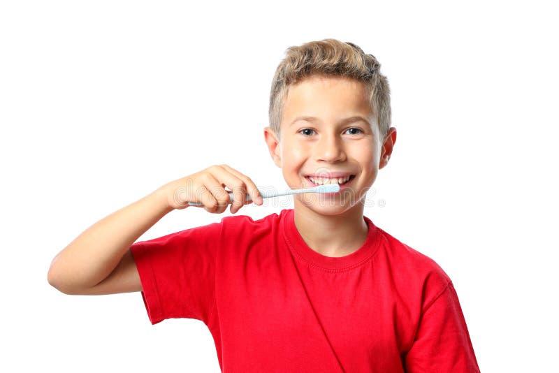 Chłopiec w czerwonej koszulce z toothbrush odizolowywającym zdjęcia stock