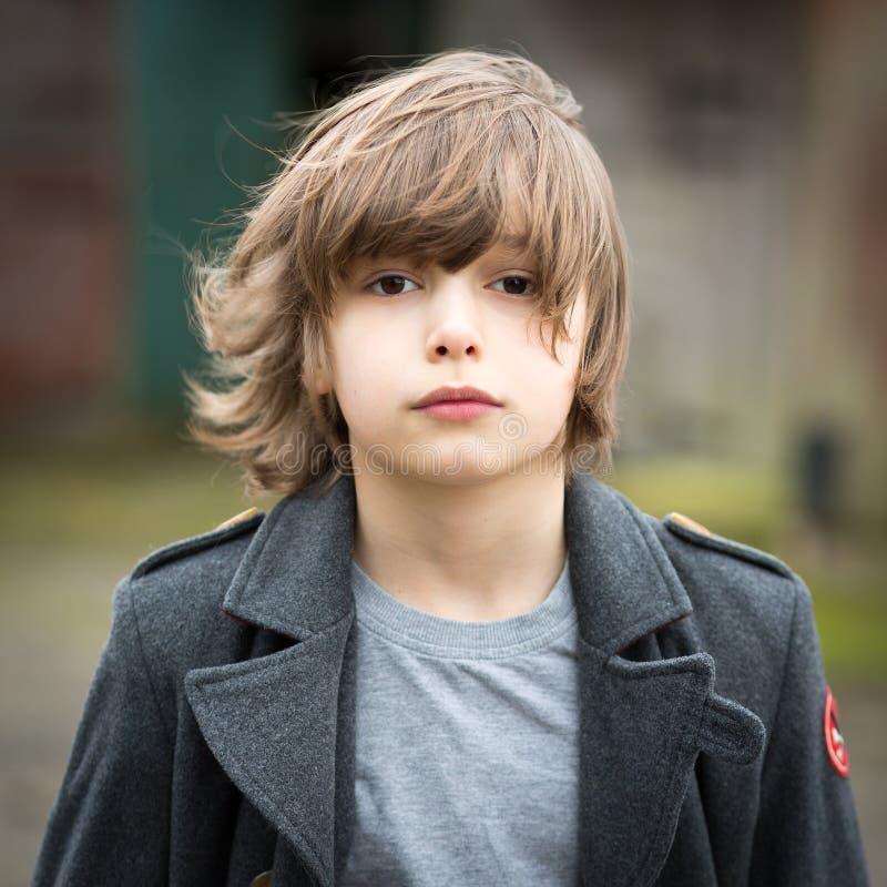Chłopiec w Długiej żakiet pozyci w Rolnym jardzie obrazy royalty free