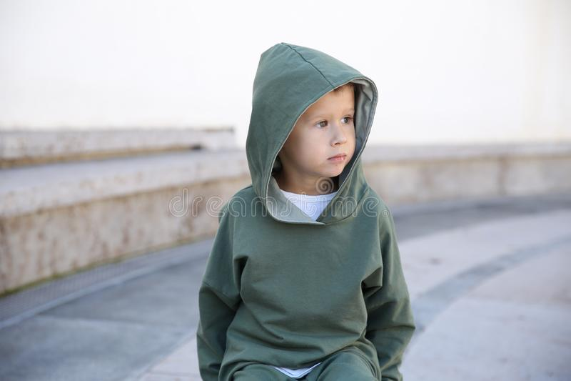Chłopiec w hoodie na piłce w parku zdjęcia stock