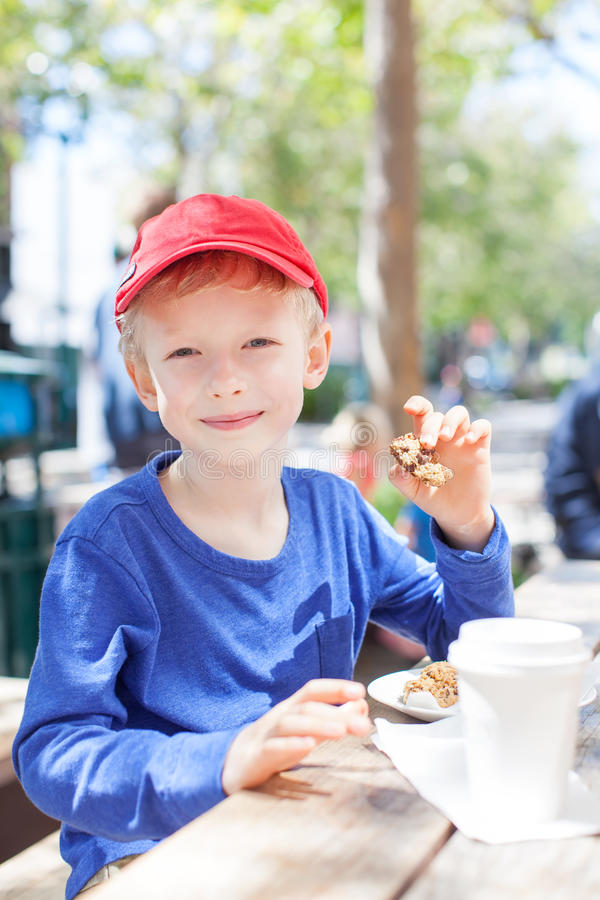 Chłopiec w kawiarni obrazy stock
