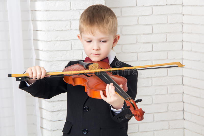 Chłopiec w kostiumu bawić się skrzypce zdjęcie stock