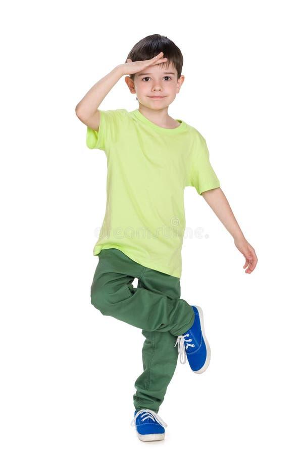 Chłopiec w koszula zielonych spojrzeniach naprzód obraz stock