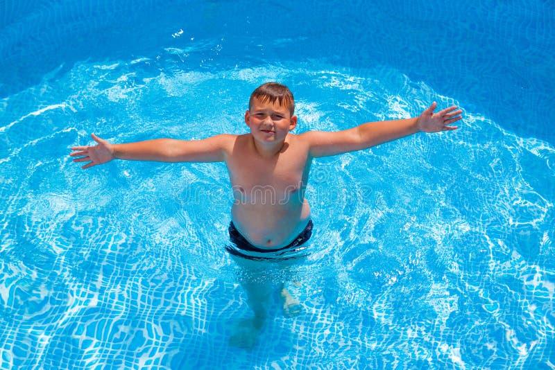 Chłopiec w mieć zabawę w pływackim basenie obraz royalty free