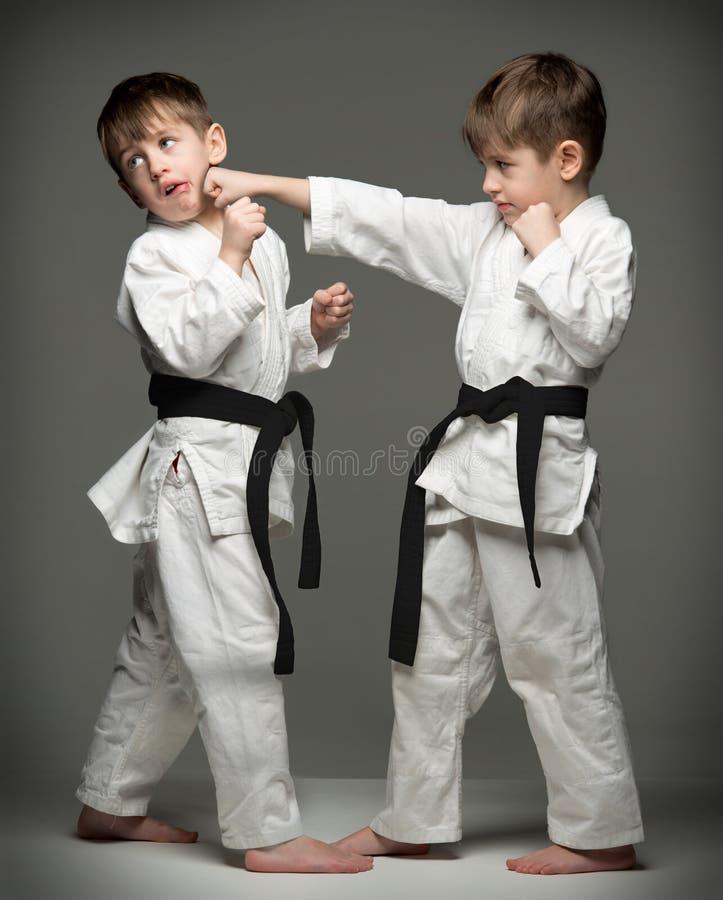 Chłopiec w mundurów ćwiczy dżudo obrazy royalty free