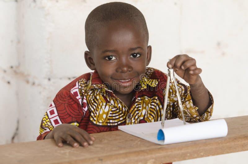 Chłopiec w nauce - Urocza Afrykańska chłopiec Używa kompas podczas Ge obraz royalty free