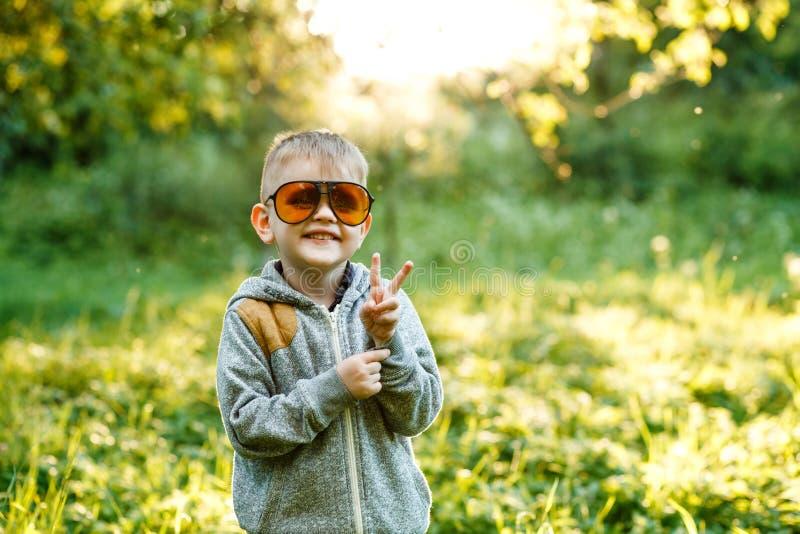 Chłopiec w okularach przeciwsłonecznych w lecie, stonowana fotografia obraz royalty free