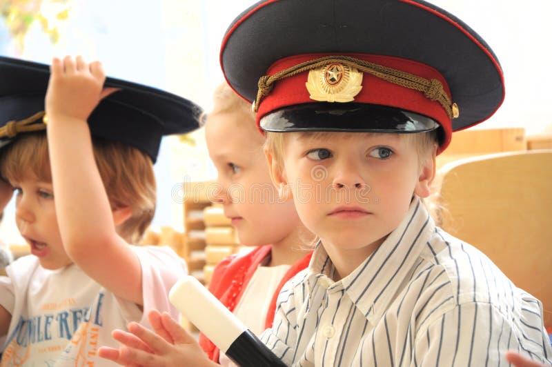 Chłopiec w osiągającej szczyt nakrętce w kostiumu policjant obraz stock