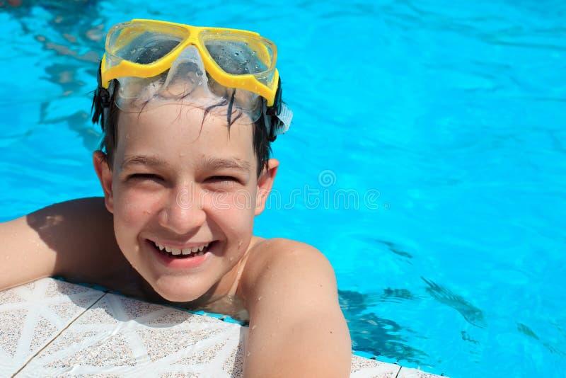 Chłopiec w pływackim basenie obraz stock