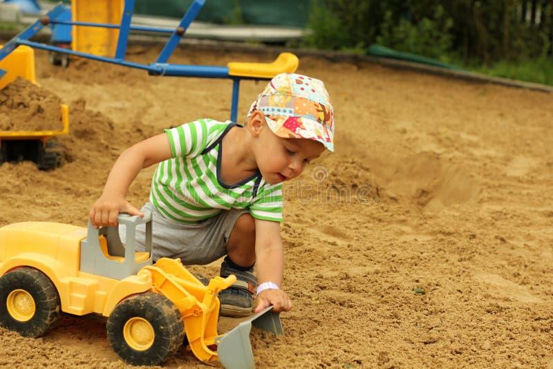 Chłopiec w piaskownicie obraz stock