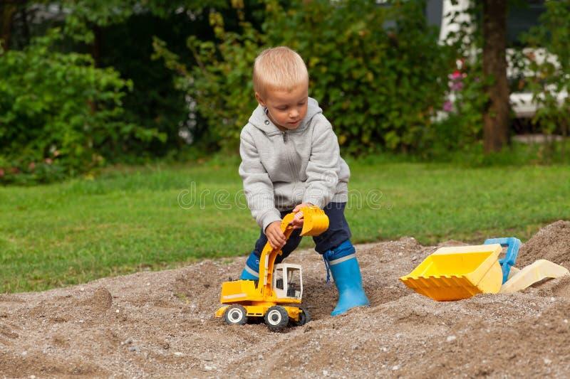 Chłopiec w piaskownicie obrazy royalty free