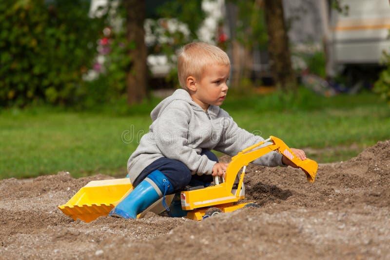 Chłopiec w piaskownicie zdjęcie stock