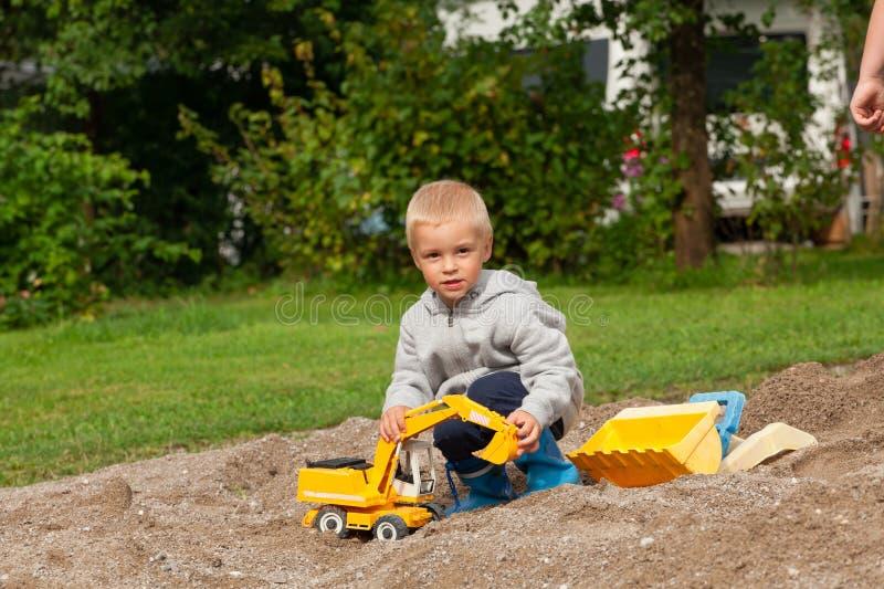 Chłopiec w piaskownicie zdjęcie royalty free